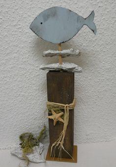 Maritimer Blickfang. Hellblauer Holz Fisch mit Treibholz und Seestern verziert. Der Fisch wurde mit blauem Acryllack und der Pfosten mit braunem Acryllack bemalt.
