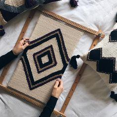 Weaving Loom Diy, Weaving Art, Tapestry Weaving, Hand Weaving, Weaving Textiles, Weaving Patterns, Loom Flowers, Free Crochet Bag, Creative Textiles