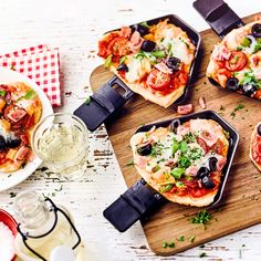 """The post """"Having a pizza together is fun & as well as a raclette evening with friends. Our raclette pizza recipe combines both in an ideal way."""" appeared first on Pink Unicorn Mit Freunden Pizza Raclette, Raclette Party, Raclette Ideas, Fondue Party, Homemade Frappuccino, Easy Smoothie Recipes, Good Pizza, Pizza Pizza, Food Lists"""