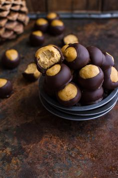Delicious no-bake, no-fuss, vegan and gluten-free snacks made with a combination of healthy ingredients with lots of chocolate. Healthy Desserts, Just Desserts, Dessert Recipes, Candy Recipes, Free Recipes, Yummy Recipes, Oats Recipes, Breakfast Recipes, Dinner Recipes
