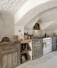 Combinació de tons i colors. Paret arrebossada en to blanc i mobles d'obra amb portes de fusta. Kitchen in Relaxing Provence Residence