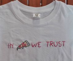 In Pizza We Trust 5 minute DIY embroidery t-shirt is SO CUTE! Love this quote inspiration to put on the t-shirt. #embroidery #DIY #tshirt #tees #summer #craftideas #sewingtips #sewinginspiration #handmade #stitch #tumblr #tumblrstyle