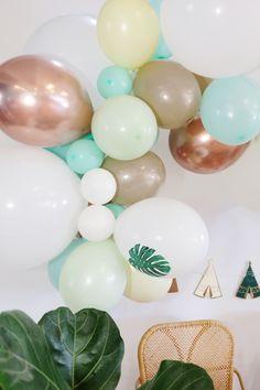 """Cette magnifique guirlande de ballons """"Wild"""" sera parfaite pour décorer un anniversaire """"boho"""" sur le thème des petits indiens par exemple.   Ce KIT est composé de 50 ballons de tailles différentes (de 12 cm à 40 cm) et de couleurs différentes dans les tons de menthe, jaune pastel, pistache et rose gold, d'un ruban magique pour accrocher vos ballons et d'une super notice explicative ! #anniversairebohowild #anniversairepetitiniden Ballon, Kit, Easter Eggs, Pastel Yellow, Garland, Color"""