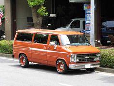 Chevy Van orange allongé #vans #trucks #chevrelot #chevy #orange #70s Gmc Trucks, Cool Trucks, Pickup Trucks, Chevrolet Van, Chevy Vehicles, Gmc Vans, Volkswagen, Dodge Van, Vanz