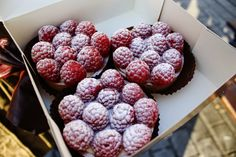 Raspberry-tartalettes in Paris. Check out my travel blog!