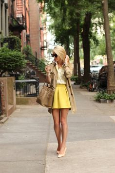 I love the yellow skirt and the colors in her outfit! This is a great spring and summer outfit which looks professional an great! Fashion Blogger Style, Look Fashion, Street Fashion, Fashion Beauty, Autumn Fashion, Womens Fashion, Fashion Trends, Fashion Spring, City Fashion