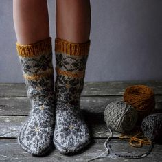 Hearth Slippers pattern by Dianna Walla Stricken , Fair Isle Knitting, Knitting Socks, Hand Knitting, Loom Knitting, Wool Socks, Knitted Slippers, Slipper Socks, How To Purl Knit, Knitting Accessories