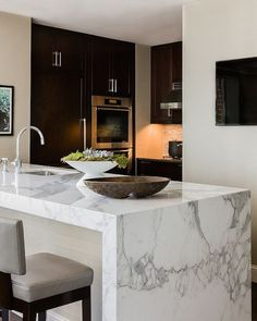 Modern waterfall waterfall countertop in white kitchen 19 Ideas K . Modern waterfall waterfall countertop in white kitchen 19 Ideas K . Contemporary Interior Design, Interior Design Kitchen, Marble Interior, Kitchen Contemporary, Design Bathroom, New Kitchen, Kitchen Decor, Kitchen Tips, Kitchen White