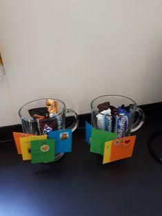 Bedankje voor de juf. Theeglas met theezakjes met zelfgemaakte labels en chocolaatjes erin.