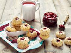 Stuzzicanti dolcetti alla marmellata da servire sia caldi che freddi - Ricetta Dessert : Mini jammy cakes da Lanaebiscotti