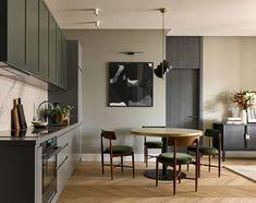 Хозяйка этой квартиры в Москве давно работает в отельной индустрии, и во многом именно поэтому цветовая гамма её жилья довольно сдержанная и спокойная, приглушенные оттенки способствуют расслаблению. Вместе с тем, элегантная мебель и стильные тёмные акценты придали интерьерам изящности и современного стиля. Характерная особенность квартиры — продолговатая лоджия, на которую можно попасть не только с... Home Room Design, Minimalism Interior, Apartment Interior, Kitchen Decor Modern, Elegant Kitchens, Home Decor, House Interior, Elegant Furniture, Kitchen Furniture Design