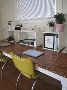 French country decor on the other hand has the same warm welcomes tones but with a more traditional feel.check out our 20 Great Farmhouse Home Office Design