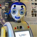 IURO Interactieve Urban Robot vind zelf zijn weg    Het doel van de Interactive Urban Robot (IURO) project is het ontwikkelen en implementeren van methoden en technieken waarmee robots leren om te navigeren en communiceren in dichtbevolkte, onbekende omgevingen en informatie ophalen van de menselijke partners om een bepaalde navigatie-of interactie doel te bereiken.
