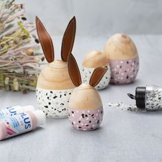 Wooden Eggs and Rabbits painted with Plus Color and decorated with Terrazzo Flakes Terrazzo, Color Crafts, Masking Tape, Wood Turning, Painting On Wood, Decoupage, Diys, Flat Brush, Confetti