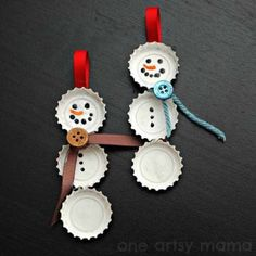 Fun Christmas crafts like these Best Bottle Cap Snowmen Ornaments will be much appreciated by the kids. Learn how to make homemade ornaments out of discarded bottle caps from these easy-to-read instructions. Noel Christmas, Christmas Crafts For Kids, Simple Christmas, Christmas Projects, Holiday Crafts, Christmas Ideas, Frugal Christmas, Funny Christmas, Christmas Gifts