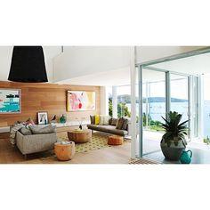 Un salon coloré qui brouille les pistes entre dedans et dehors.  #decoration #salon