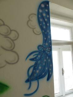 modré záclonky okolo okna