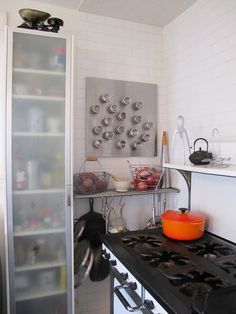 Nice use of storage space with the pots on the bottom & spices and fruit bowls on the shelf.