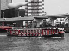 隅田川を馳ける遊覧船