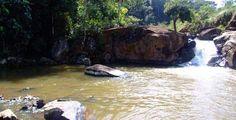 Cachoeira do Tata - Ipoema/MG. Localizada no Córrego do Turvo, essa pequena queda, com grande volume de água, forma um belíssimo poço, excelente para banho.