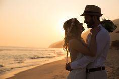 7 indicações incríveis de fotógrafos para casamento que a gente ama. Fotografia: Ricardo Hara. Casamento da Deia Natel na praia de maresias, em São Paulo. Noivos no pôr do sol. Inspiração de casamentos ao ar livre. Noivas boho com vestido de casamento simples, rústico e acessório de cabelo para noivas Mercedes Alzueta. Penteado para noivas loiras.