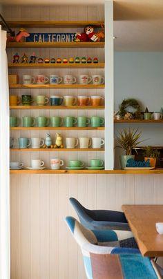たくさんあるアメリカンヴィンテージのマグカップをディスプレイするスペースとして、キッチン横にカップボードを造作。⽊を貼った⽩い壁に⾊とりどりのカップが映える。 Wood Crafts, Bookcase, Shelves, House, Furniture, Coffee, Home Decor, Kaffee, Shelving
