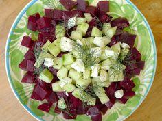 Onze moestuin puilt uit van de rode bieten! Daarom maak ik regelmatig een salade, zoals deze variant met komkommer, geitenkaas en dille. | http://degezondekok.nl