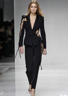 Couture Fashion Week: Atelier Versace abre temporada apostando em sensualidade e fendas estratégicas