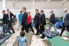 So schlafen die Flüchtlinge: Pritschen, eine neben der anderen, zig Reihen.