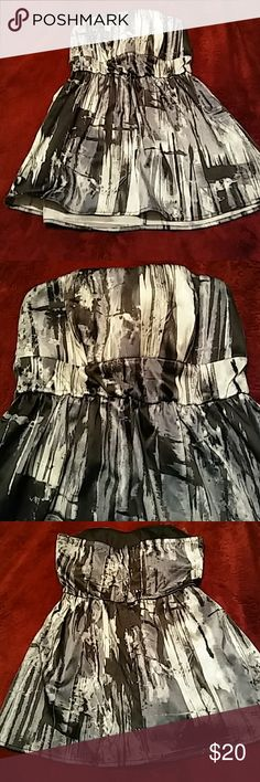 Womens size s charolette russe sleveless top hot Womens size small charolette russe brand top . it has no straps and the top has some padding in it . 0its gathered under the chest for a nice fit.and then flows out at the bottom. So elegant and formal in like new shape Charlotte Russe Tops Tunics