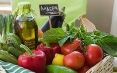 Μπάμιες, φασολάκια, μελιτζάνες, πιπεριές, κολοκυθάκια και ντομάτες. Αυτοί είναι οι πρωταγωνιστές του καλοκαιριού και η βάση για τα θερινά λαδερά μας μαγειρέματα. Κάθε ένα από αυτά τα λαχανικά συνδυάζεται με ένα ή περισσότερα από τα υπόλοιπα, καθώς και με χόρτα, όσπρια, μυρωδικά και καρυκεύματα. Κρεμμύδι και σκόρδο συμμετέχουν σχεδόν πάντα στα λαδερά, ενώ κάποιοι –παρά … Vegetables, Recipes, Food, Essen, Vegetable Recipes, Meals, Ripped Recipes, Yemek, Eten