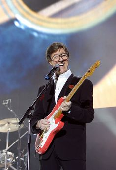 Cliff Richard And The Shadows Perform At O2 Arena http://www.zimbio.com/pictures/hayeWNBa7PH/Cliff+Richard+Shadows+Perform+O2+Arena/KAUVDJEmmv8/Hank+Marvin#