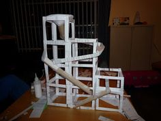 Voor mijn lesje techniek heb ik besloten in mijn stageklas een knikkerbaan van karton en papier te laten maken door de kinderen en dit op 2 ...