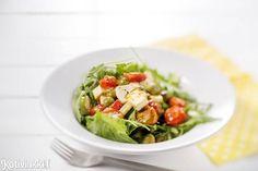 Lämpimät tomaatit ja fetajuusto ovat lyömätön makupari. Lämmin fetasalaatti maistuu sellaisenaan tai grilliherkkujen kaverina -katso ohje!