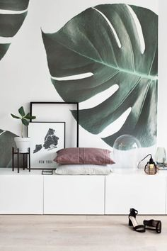 Laid-back sophistication. This monstera leaf wallpaper bring a refined yet stylish touch to your living room spaces. The oversized jungle leaves add intense greenery to your home, transforming it into a subtle tropical oasis. Styled by Tanja van Hoogdalem