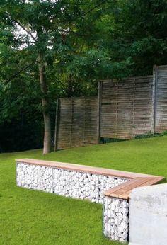 Создание скамейки из габионов не займет много времени и станет практичным и эффективным решением для садового участка.