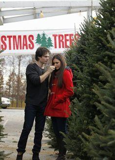 Nina Dobrev : en duffle-coat rouge pour shopper un sapin avec Ian !