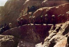 Na rocha primária, o desmonte era feito sob a forma de bancadas para evitar desmoronamentos. Apesar disso, as frentes de trabalho dos garimpeiros, por eles denominadas de Babilônia I e Babilônia 2 , foram diversas vezes interditadas para que se fizessem rebaixamentos na cava do garimpo.
