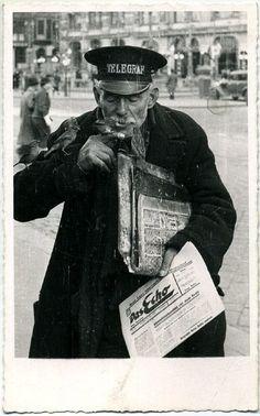 Zeitungsausträger mit ein paar Vögeln auf dem Arm, immer warm angezogen, c. 1920, Fotograf Emil Mayer.
