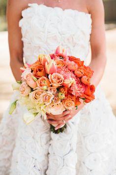 runder Blumenstrauß, orange und weiße Rosen und Tulpen, schöne Hochzeitsblumen
