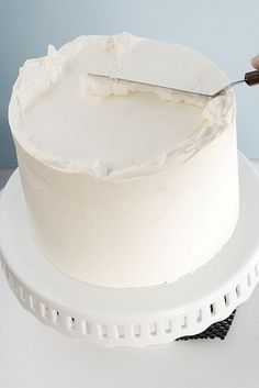 an exceptional frosting tutorial, for smooth delicious frosting that doesn't need to be covered in Cake Decorating Techniques, Cake Decorating Tips, Cookie Decorating, Köstliche Desserts, Delicious Desserts, Frosting Recipes, Cake Recipes, Cake Frosting Tips, Frosting Techniques