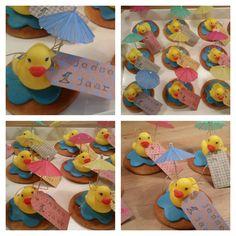 Er is er eendje jarig, hoera, hoera! Deze cute duckies zijn heel easy te maken, deze maakte ik voor de eerste verjaardag van mijn zoontje. Men neme een eierkoek, dun laagje marsepein, parasolletje, kaartje en voila een eendjes traktatie!