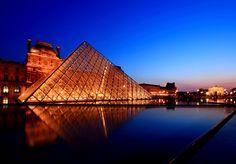 Vista nocturna del Museo del Louvre --> www.despegar.com