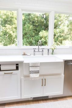 Gorgeous bridge faucet and big farmhouse sink - gorgeous! Sources linked in post!