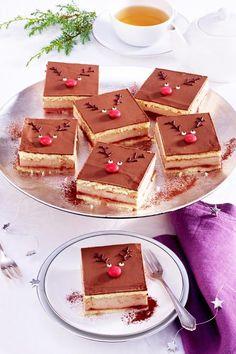 Schmeckt Groß und Klein: Diese süßen #Schnitten überzeugen nicht nur mit raffinierter Deko sondern auch mit einer Kombi aus #Maronen, #Schokolade, #Himbeermarmelade und #Biskuit #weihnachtskuchen #weihnachtsbäckerei #backen #weihnachtsrezepte Gingerbread Cookies, Desserts, Cozy Christmas, Popular Recipes, Raspberries, Biscuit, Chocolate, Gingerbread Cupcakes, Tailgate Desserts