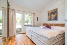 Fint sovrum med golv i valnöt