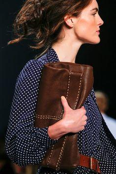 Dentro de la colección Spring 2014 de Michael Kors nos encontramos con sobres extra grandes, carteras de mano y carteras muy amplias. Las t...
