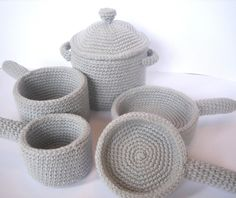 Crochet pattern includes instructions for small frying pan, large frying pan, small saucepan, large saucepan, and a stock pot with removable lid :) Crochet Baby Toys, Crochet Food, Crochet Kitchen, Crochet For Kids, Crochet Dolls, Crochet Yarn, Crochet Cupcake, Crochet Birds, Knitted Dolls
