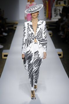Moschino Fall 2019 Ready-to-Wear Fashion Show - Vogue Style Haute Couture, Couture Fashion, Runway Fashion, High Fashion, Womens Fashion, Couture Week, Fashion Top, Vogue Fashion, Moschino