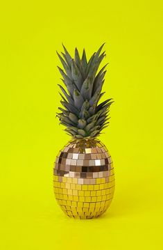 German art director Sarah Illenberger sees fruit differently and cleverly created this funky disco ball pineapple. Somehow the dirty yellow combined with the cargo greens and golds works a treat. I just can't get enough of pineapples at the moment too! Top Photos, Photos Du, Sarah Illenberger, Strange Fruit, Plakat Design, Web Design, Tutti Frutti, Disco Ball, Disco Party